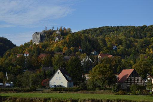 Der Epilog: nach dem steilen Abstieg nach Streitberg - Blick zurück zur Ruine der Streitburg, direkt gegenüber der Neideck