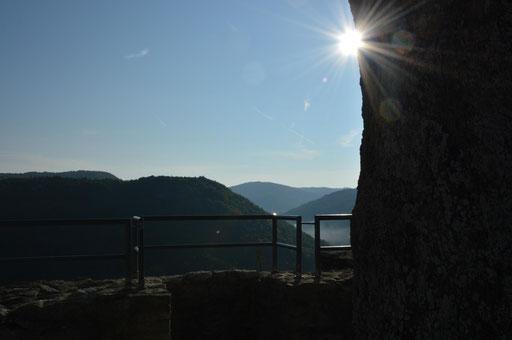 Der Prolog - am frühen Vormittag auf der Burg(ruine) Neideck mit Blick in Richtung der bevorstehenden Trail-Runde
