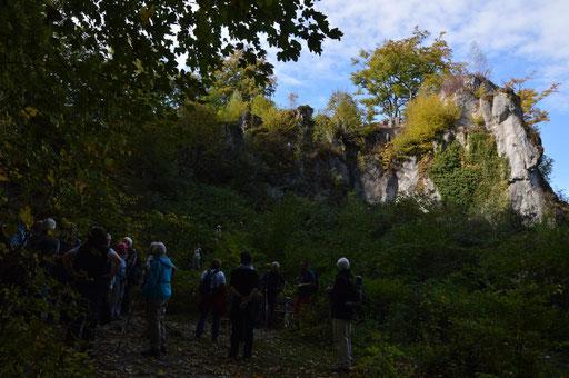 "Hochbetrieb auf dem Wiesenttal~Trail ... an der Höhlenruine ""Quackenschloss"""