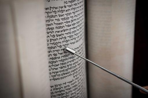 המצביע המכובד על הספר התורה