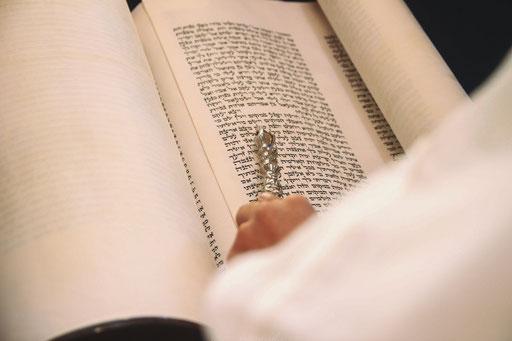 המצביע על הספר התורה בזמן הקריאה