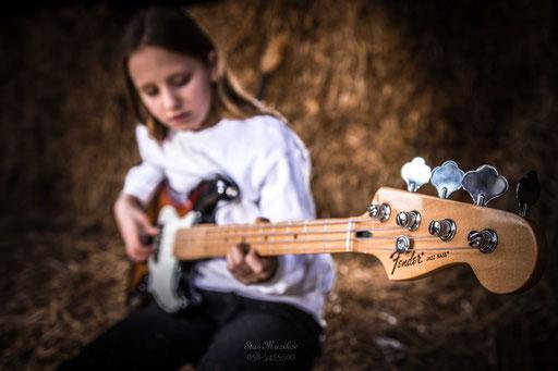 עם גיטרה
