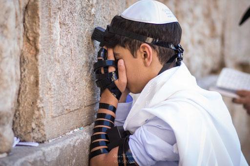 הרגע שהורים בוכים ממנו - החתן מתפלל על הכותל