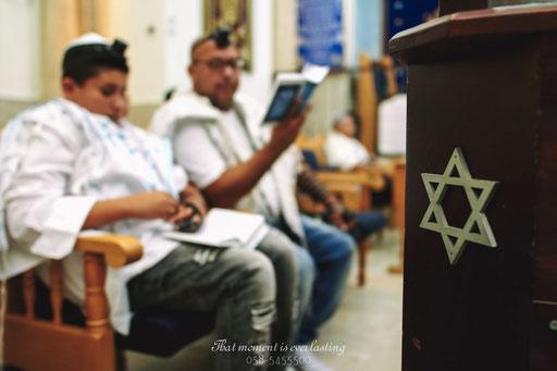 חתן בר מצווה עם אביו בעליה לתורה