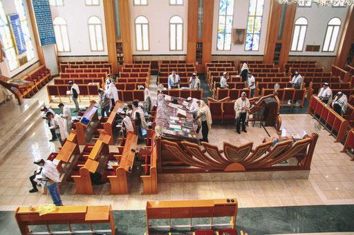 זווית רחבה על האולם בית הכנסת בזמן העליה