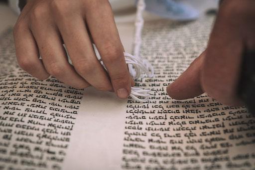 נגיעה עם ציצית בספר התורה