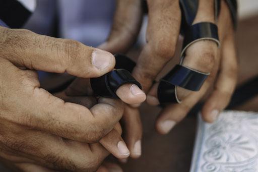 אבא מחזיק את ידו של החתן - בר מצווה בכותל