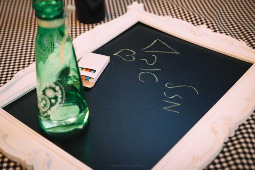בקבוקי מים על לוחות כתיבה - מגניב