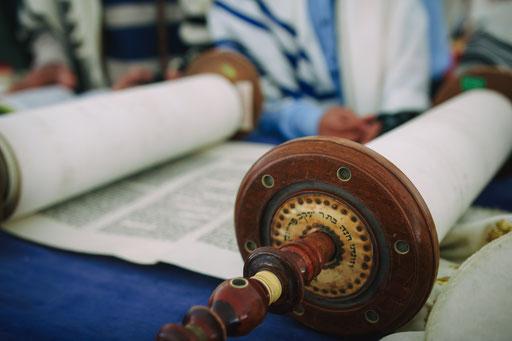 קריאה בספר התורה - צילום עליה לתורה