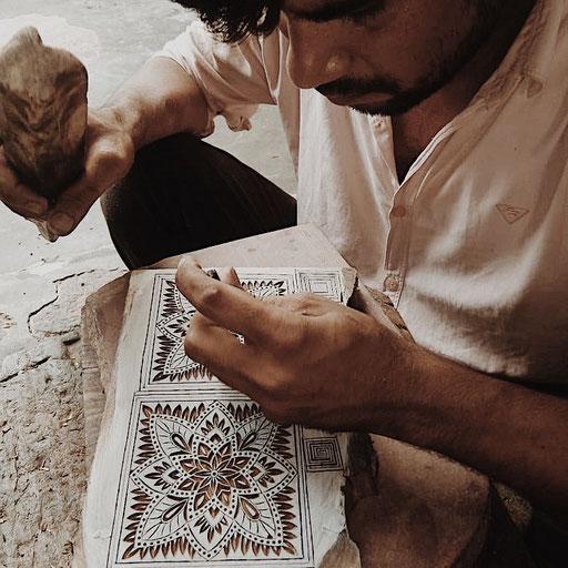 Die Arbeit der Holzschnitzer hat sich seit Jahrhundertet kaum verändert. Immer noch werden die Holz Model von Hand geschnitzt.