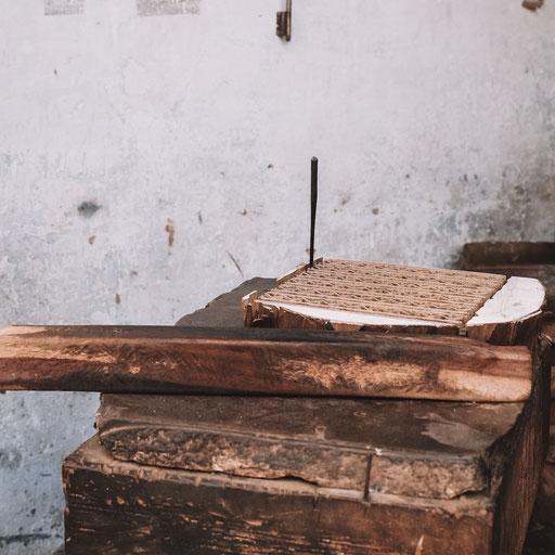 Mit einfachsten Werkzeugen werden alle Holzdruck Stempel von Hand geschnitz.