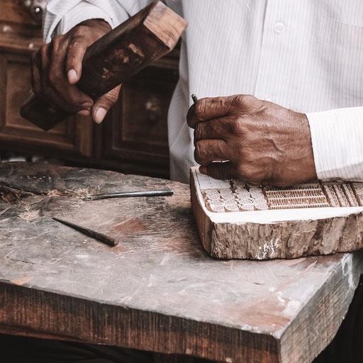 Die Block Print Technik ist ein uraltes Handwerk, das immer mehr verdrängt wird. Bei maasa haben sie die Möglichkeit dieses in einem Textildruck Kurs zu erlenen.
