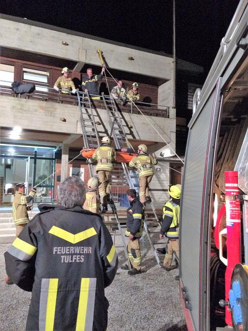 Bergung eines Verletzten vom Balkon