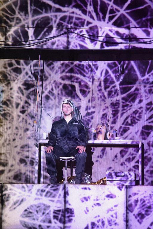 """""""Kris Kelvin"""" in """"Solaris"""" am Saarländischen Staatstheater / ©Martin Kaufhold"""