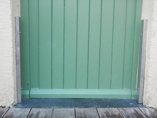 Panneau-anti-inondation-porte-caches en inox installés sur les profilés aluminium hors période d'utilisation