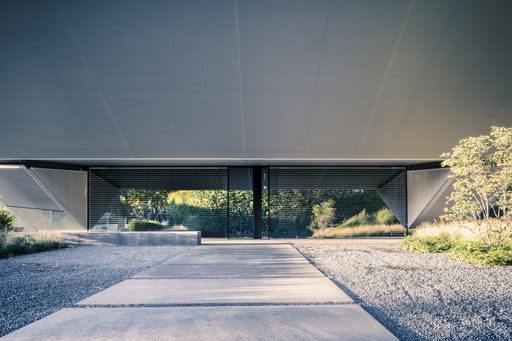Blick frontal auf den Schlitz des Eingangs unter dem Überhang, Foto: Daniel Hartz
