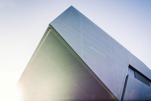 Die scharfe Kante des Überhangs und die Geometrie der Übergänge mit textilen Flächen, Foto: Daniel Hartz