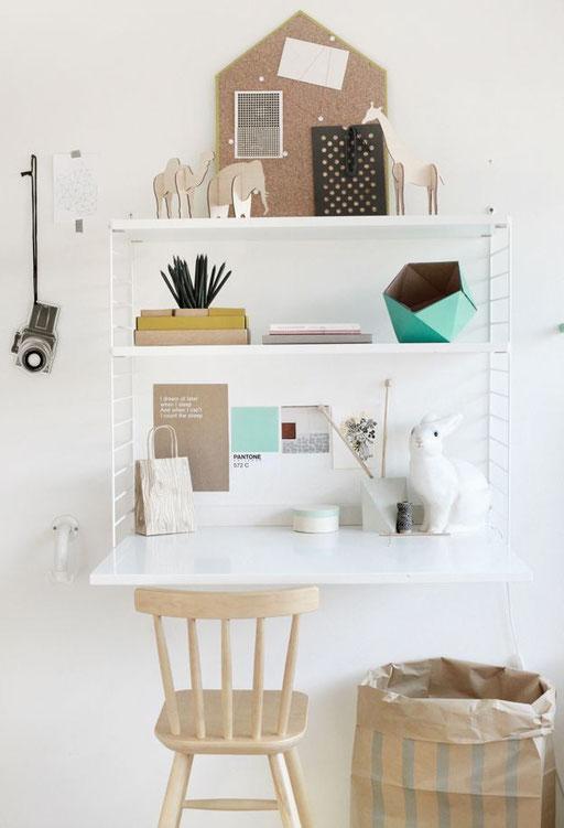 Les fameuses étagères String, aériennes et légères, pour occuper l'espace mural au-dessus de la table de travail.