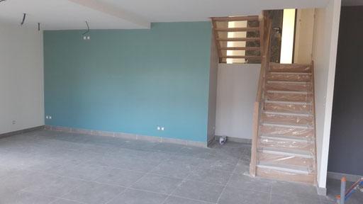 L'espace séjour avec TV et réroprojecteur est marqué grâce à un mur peint en Bleu Tasman (peinture La Seigneurie).