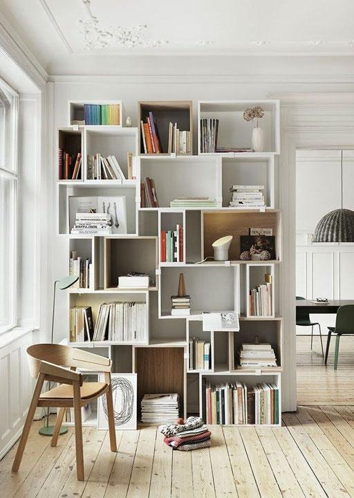 Une bibliothèque complètement déstructurée, pour des rangements originaux et que l'on n'aurait pas peur de déranger.