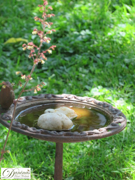 Insekten schützen: Insektentränke an heißen, trockenen Tagen aufstellen.