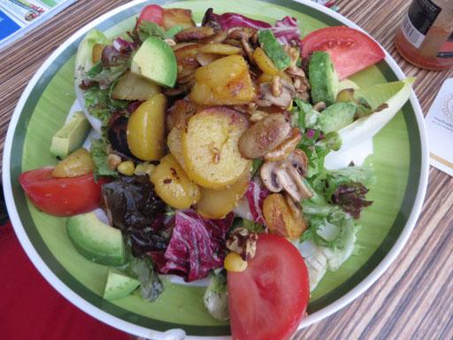 Deftiger Salat mit Nüssen und Bratkartoffeln