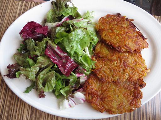 Kartoffel-Möhren-Puffer mit Salat