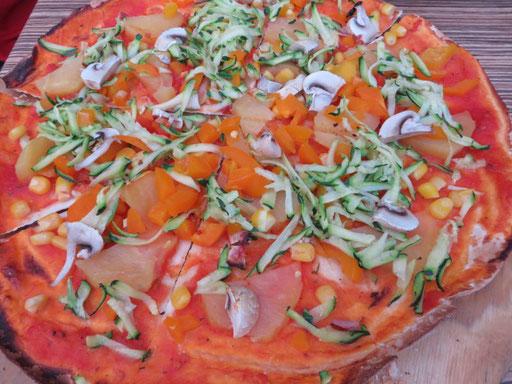 Flammkuchen mit Tomatensoße und Gemüse