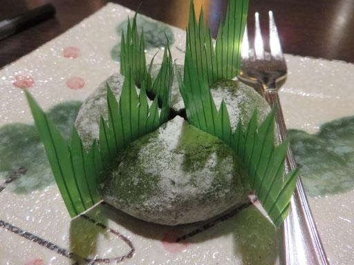 Nachtisch geht immer! Und dieser hier ist einfach nur unglaublich köstlich ... Yomogi (Reiskuchen mit Azukibohnenfüllung, Grünteegeschmack)