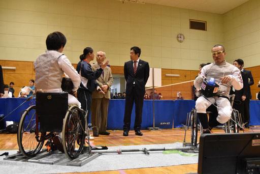 桝添知事、鈴木スポーツ庁長官が車いすフェンシングを視察