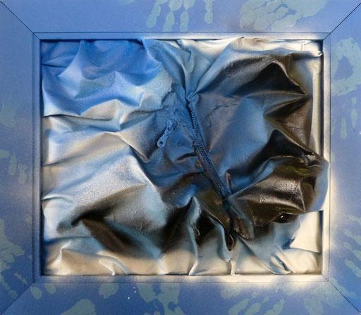 """""""Undercover"""", cm 59,5 x 68/Technique mixte sur toile avec fermeture éclair /Année 2016 /Publié www.ritzow. com /Exposé Galleria ArteCapital Brescia, Showroom Ritzow Milano, Galerie Kunst und Medizin Berlin, Au verso Signature, Année, Timbre"""