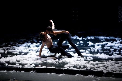 Extremely Close by Alejandro Cerrudo; dancers: Jessica Tong and former Hubbard Street Dancer Jamy Meek; photo: Rosalie O'Connor