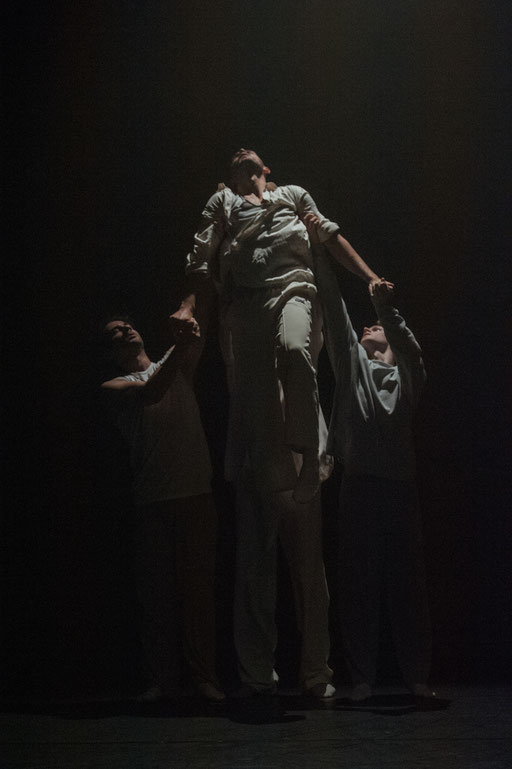 "Special Moment - by Xin Xie for ""Shortcuts"", Hessisches Staatsballett; dancers: Daniel Alwell, Denislav Kanev, Daniel Myers, Taulant Shehu; photo: Varvara Kandaurova"