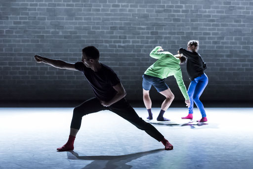 Zaurak - by MichaelDouglas Kollektiv & Prue Lang; tanzhaus nrw; dancers: Adam Ster,  Michael Maurissens, Louella May Hogan; photo: Katja Illner