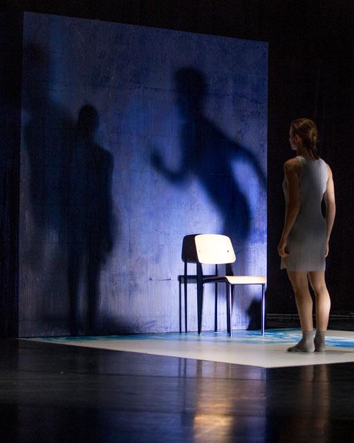 The Elephant has left. This Room. - by Ashley Wright; Théâtre Bellevue, Cuire (Lyon); dancer: Aurélie Gaillard; photo: Michel Cavalca