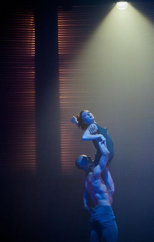 Kurzstrecke - by Katarzyna Kozielska, Hessisches Staatsballett; dancers: Ramon John, Aurélie Patriarca; photo: Varvara Kandaurova