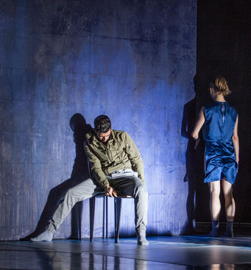 The Elephant has left. This Room. - by Ashley Wright; Théâtre Bellevue, Cuire (Lyon); dancers: Julian Nicosia, Kristina Bentz; photo: Michel Cavalca