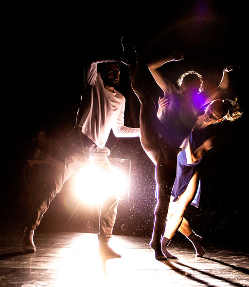 The Elephant has left. This Room. - by Ashley Wright; Radiant - Bellevue Cuire (Lyon); dancers: Julian Nicosia, Aurélie Gaillard, Kristina Bentz; photo: Michel Cavalca