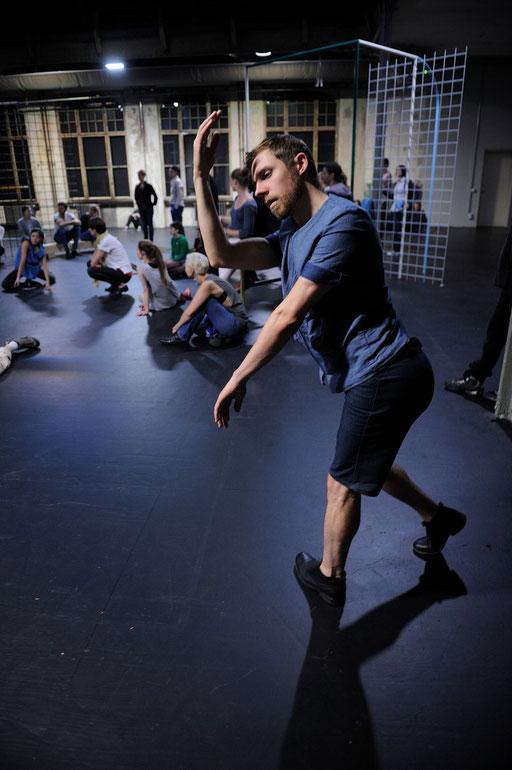 synekism:groove space - by Sebastian Matthias; Sophiensaele Berlin; dancer: Jubal Battisti; photo: Dieter Hartwig