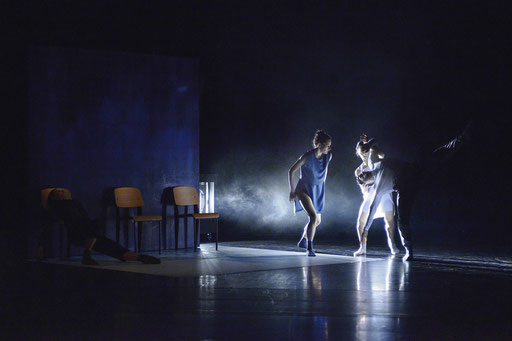The Elephant has left. This Room. - by Ashley Wright; Théâtre Bellevue, Cuire (Lyon); dancers: Kristina Bentz, Aurélie Gaillard, Elsa Raymond, Julian Nicosia; photo: Christel Mauve