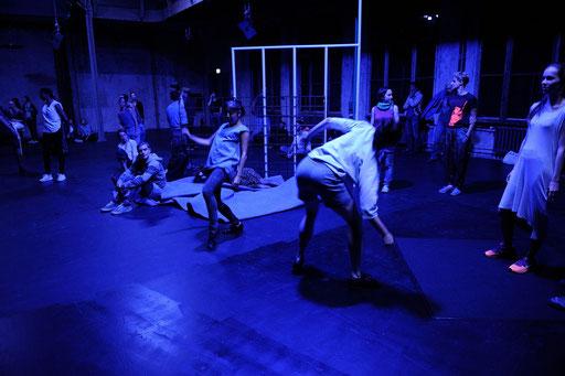 synekism:groove space - by Sebastian Matthias; Sophiensaele Berlin; dancers: Lisanne Goodhue, Harumi Terayama: photo: Dieter Hartwig