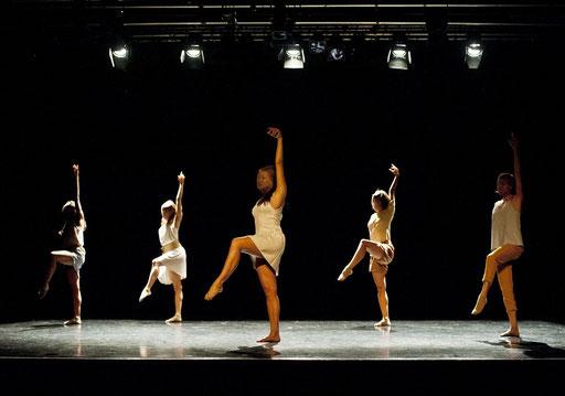 Provisional Landscapes - by Avatâra Ayuso; West Wing Theatre Slough; dancers: Estela Merlos, Alejandra Baño, Avatâra Ayuso, Mar Valverde, Sun Bee Han; photo: Pau Ros