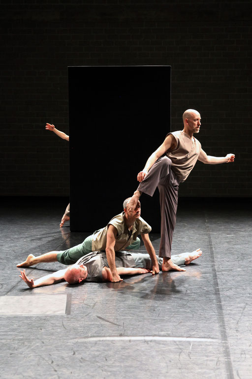 Tenacity of Space - by: Deborah Hay for Dance On Ensemble, tanzhaus nrw, photo: Dorothea Tuch