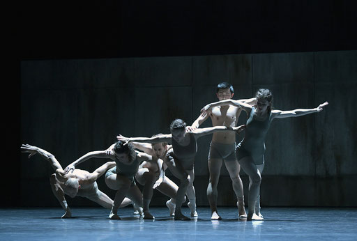 Now and Then - by Alejandro Cerrudo; Hessisches Staatsballett; dancers: Ramon John, Great Dato, James Nix, Kristin Bjerkestrand, Masayoshi Katori, Margaret Howard; photo: Bettina Stöß