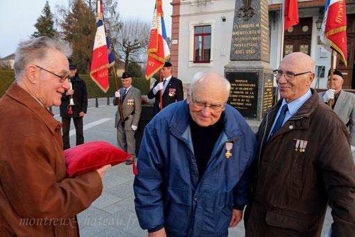 La croix du combattant a été remise à Claude Gloriod par Jean-Claude Ménétré, président du comité de Montreux-Château.