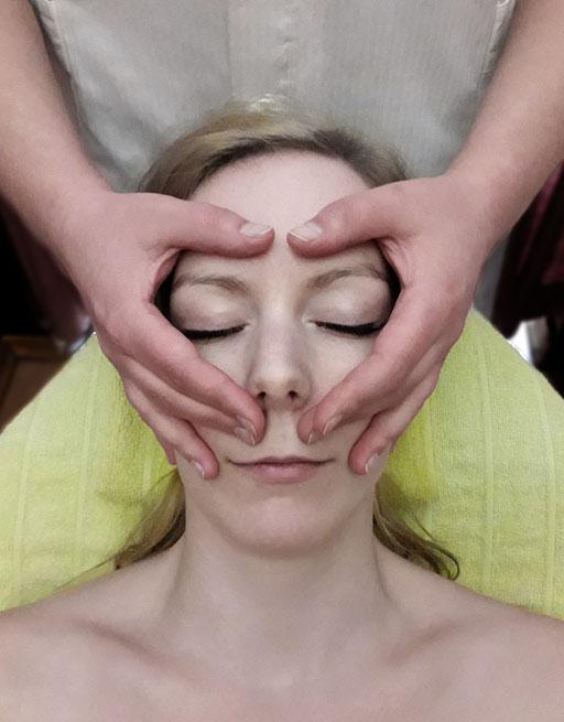 Kosmetik Linz Naturkosmetik Österreich Kosmetikstudio Behandlung Massage Gesichtsmassage Entspannung Anti-Aging Öl Durchbluten