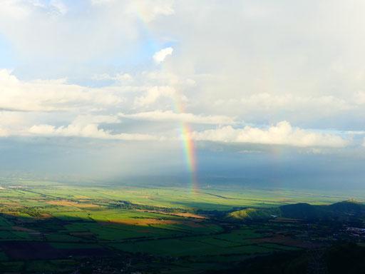 La vallée de Roldanillo sous un arc-en-ciel radieux