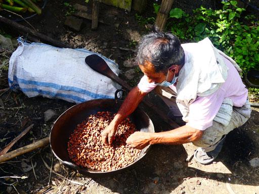 Erasmo, le papa de Martha, triant les grains de cacao