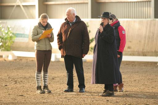 Richter mit Helfern im Reiterwettbewerb