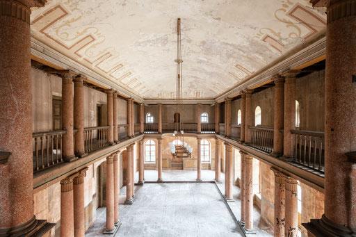 Aula einer verlassenen Schule (Deutschland)